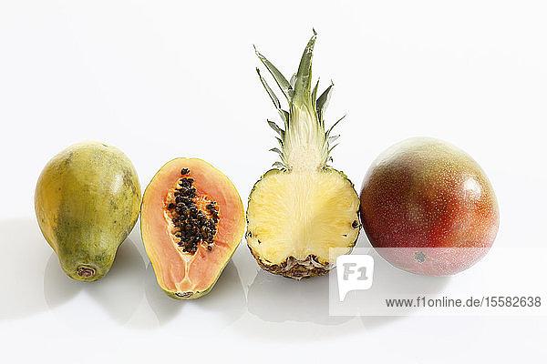 Vielfalt von Früchten auf weißem Hintergrund
