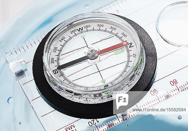 Kompass auf weißem Hintergrund  Nahaufnahme
