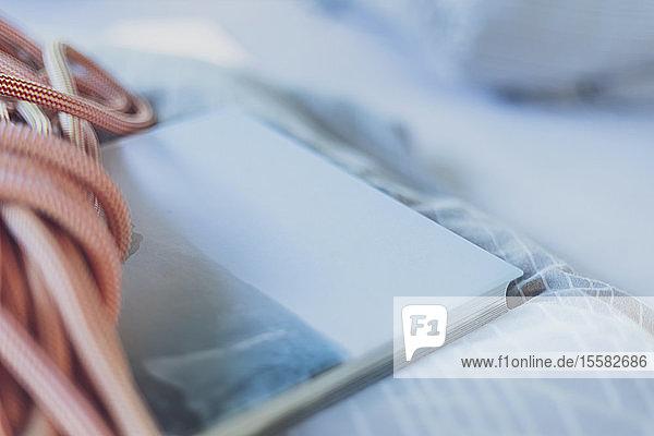Nahaufnahme von Kletterseil und Buch auf Matratze