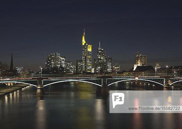 Deutschland  Frankfurt  Blick auf die nächtliche Skyline der Stadt