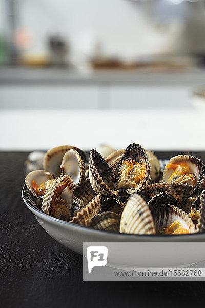 Nahaufnahme von Muscheln  die zu Hause auf dem Teller serviert werden