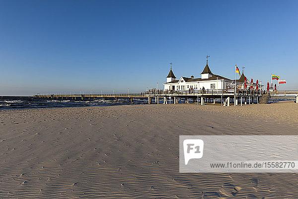 Deutschland  Insel Usedom  Ahlbeck  Seebrücke und Strand