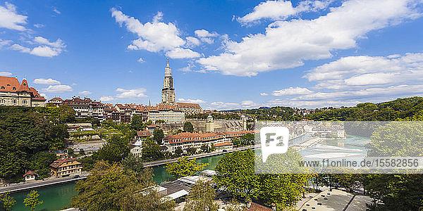 Schweiz  Bern  Stadtbild mit Münster und Aare