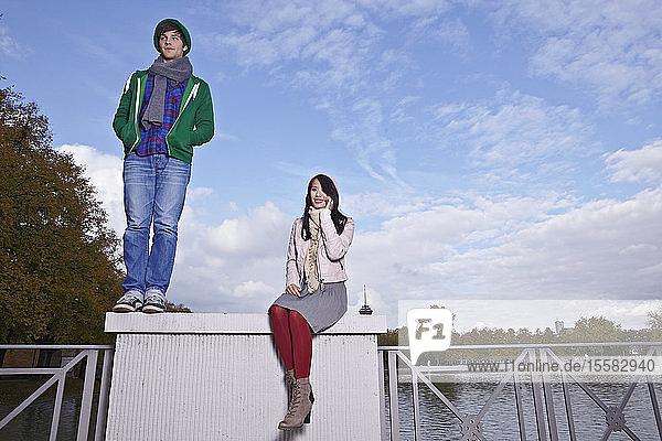 Deutschland  Köln  Junges Paar auf der Brücke