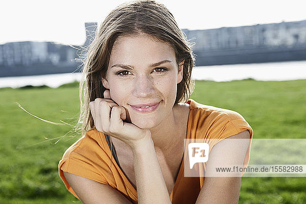 Deutschland  Köln  Junge Frau lächelt  Porträt