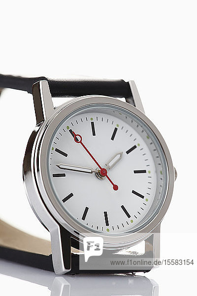 Armbanduhr auf weißem Hintergrund  Nahaufnahme