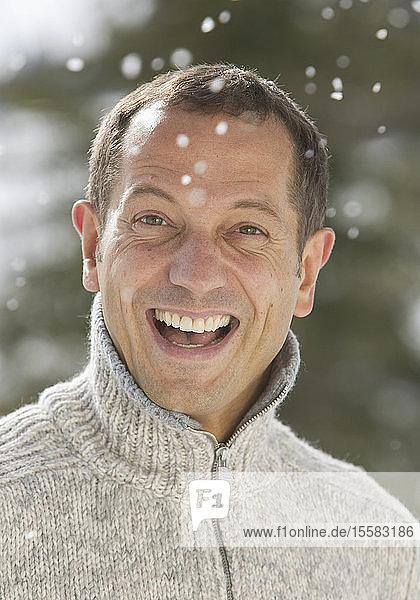 Deutschland  Bayern  Erwachsener Mann lächelt  Porträt