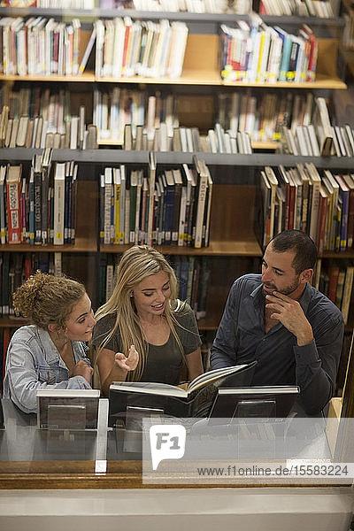 Studenten lernen in einer Bibliothek