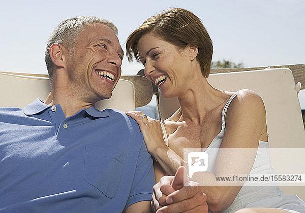 Deutschland  München  Reifes Paar im Garten  lächelnd