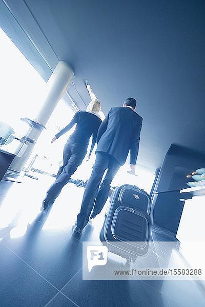 Deutschland  Ingolstadt  Mann und Frau zu Fuß mit Koffer