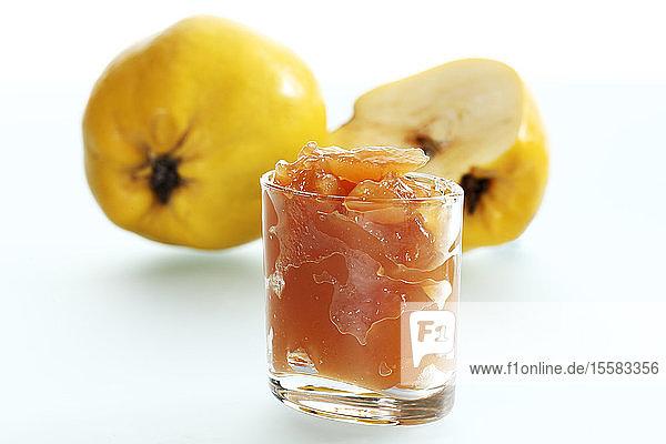 Quitten mit Marmelade im Glas  Nahaufnahme