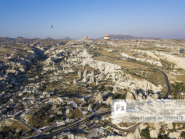 Luftaufnahme der Landschaft vor klarem blauen Himmel bei Goreme  Kappadokien  Türkei