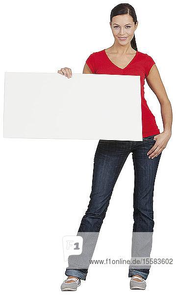 Porträt einer jungen Frau mit Plakat in der Hand  lächelnd