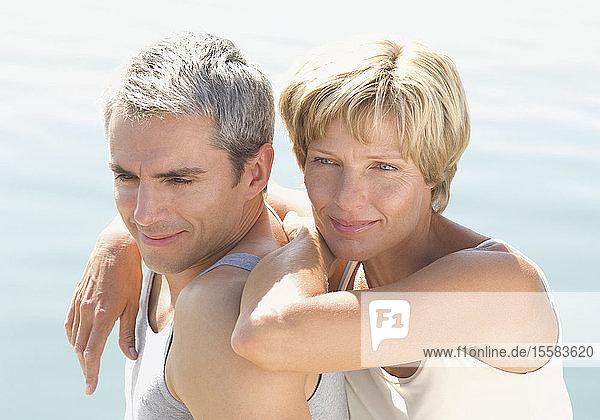Deutschland  Reifes Paar schaut weg  lächelt