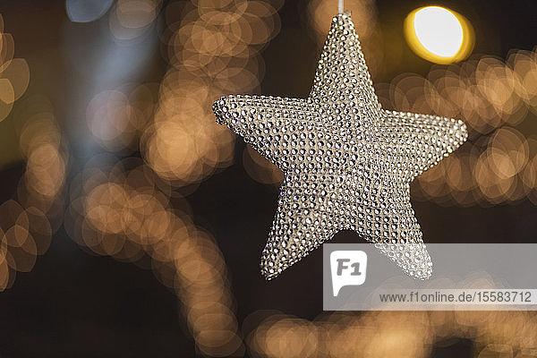 Silberner Weihnachtsstern mit Bokeh im Hintergrund