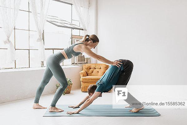 Yogalehrerin unterrichtet Yoga im Studio