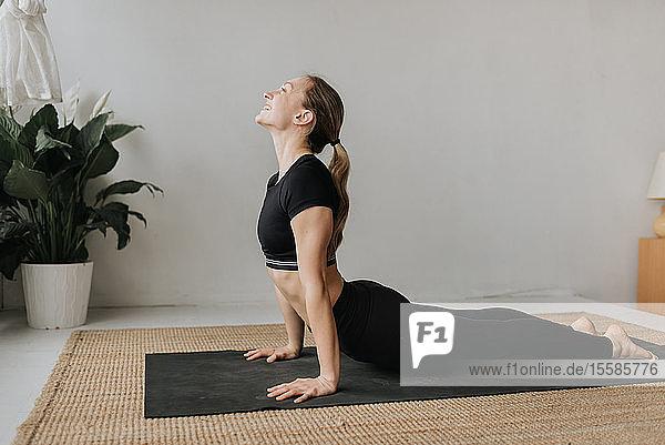 Frau praktiziert Yoga im Studio