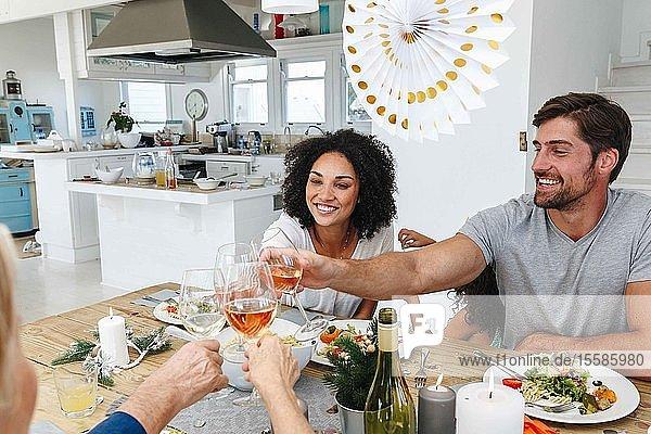 Familie trinkt Wein am heimischen Esstisch