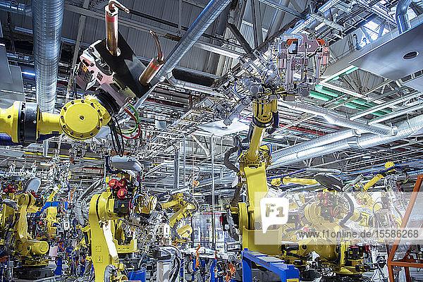 Roboter punktschweißen Autoteile in Autofabrik