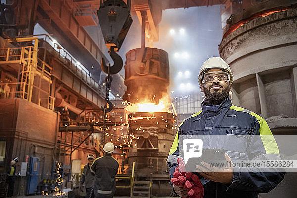 Porträt eines Stahlarbeiters beim Stahlgießen im Stahlwerk