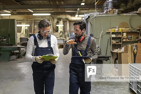Arbeitnehmer diskutieren über die Arbeit in der Fabrik