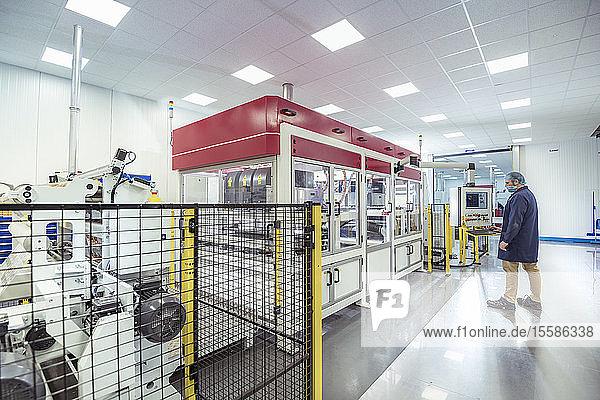 Arbeiter mit Laserdruckmaschine in Druckerei