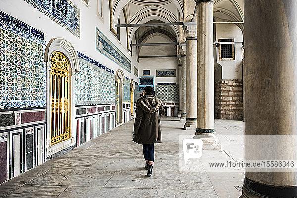 Frau erkundet den Topkapi-Palast  Istanbul  Türkei