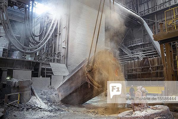 200-Tonnen-Stahlblöcke werden in Stahlwerken gekippt