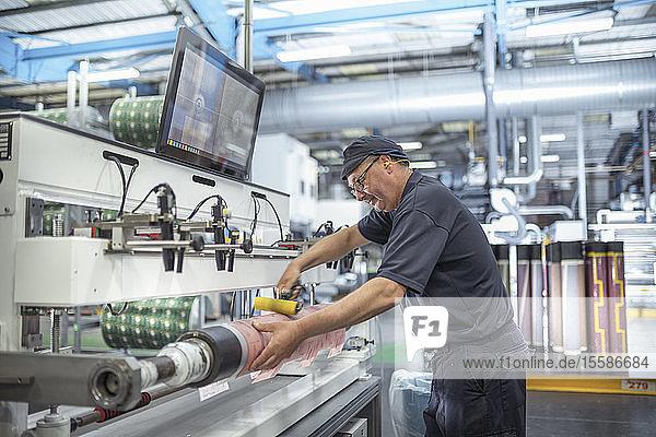 Arbeitswalzen auf der Druckfläche in der Druckerei