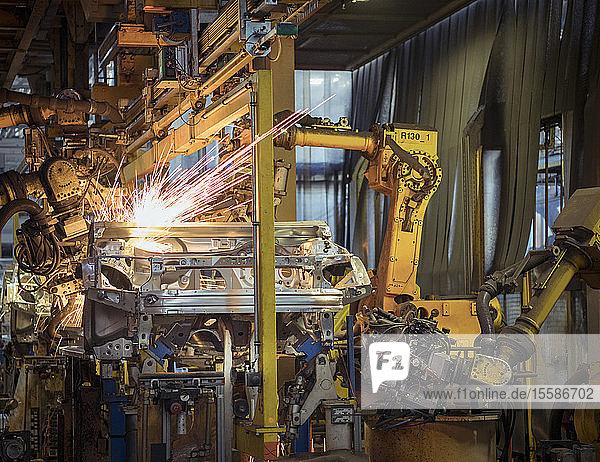 Roboter schweißen Autokarosserien in Autofabrik