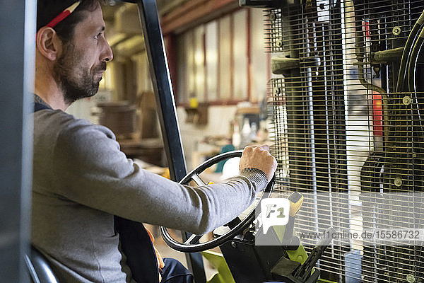 Arbeiter fährt Gabelstapler in der Fabrik