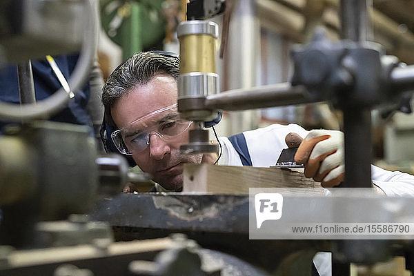 In der Fabrik arbeitender Zimmermann