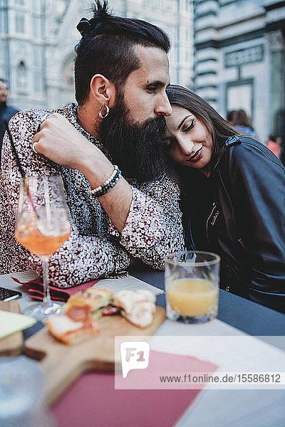 Liebesmoment eines Paares im Cafe
