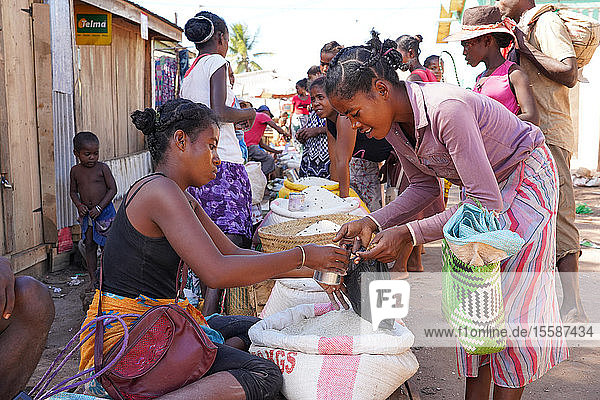 Weekly market at Belo sur Tsiribihina  Menabe region  Western Madagascar  Africa