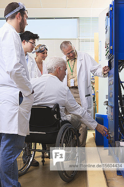 Professoren erklären Studenten der Ingenieurwissenschaften in einem Labor die Funktionsweise eines Wasser-Ultra-Reinigungssystems
