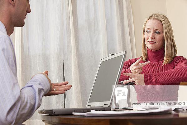 Frau und Mann gebärden den Satz Daycare pay in amerikanischer Zeichensprache