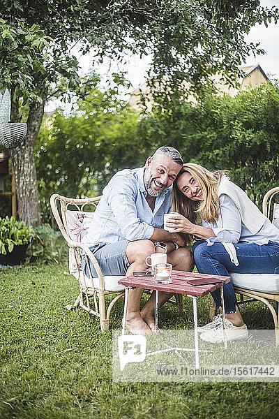 Porträt eines liebenden  glücklichen  reifen Paares bei einem Kaffee im Hinterhof