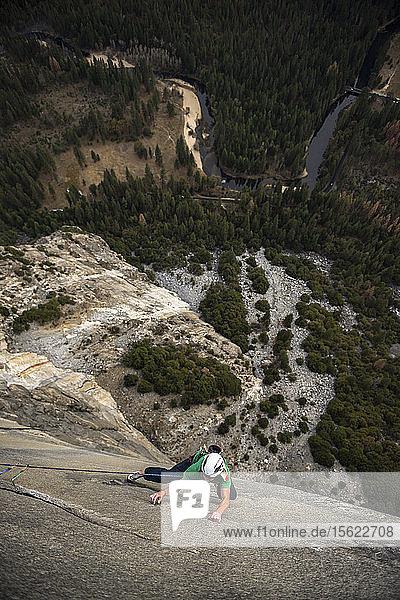 High Angle View Of Man Seil Klettern auf Rock Of El Capitan