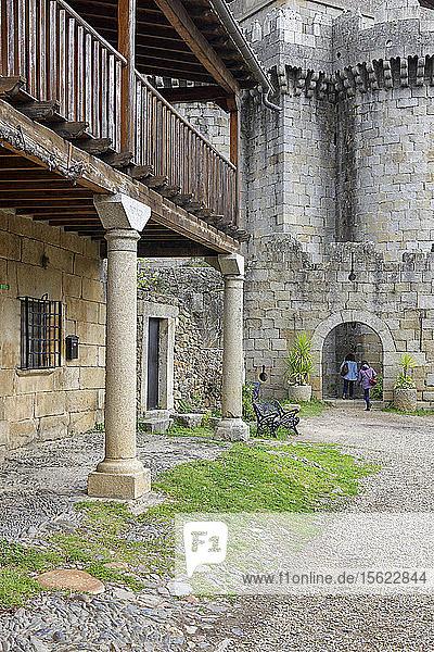 Granadilla  ehemaliger Herrschaftssitz von Granada  ist eine alte befestigte Stadt feudalen Ursprungs im Nordwesten der Provinz Cáceres  Spanien. Seit 1960  als sie vom Staat besetzt wurde  in der Gemeinde Zarza de Granadilla. Er war früher eine wichtige Stadt  Hauptstadt der Region als das Land der Granadilla und Leiter der gerichtlichen Partei bekannt. Es war Mitte des zwanzigsten Jahrhunderts geräumt  zu überschwemmten Bereich durch den Bau des Stausees und Gabriel Galan werden. Heute bleibt unter  dass die Katalogisierung offiziell  obwohl zu keiner Zeit Menschen gekommen sind  um überflutet werden  auch mit einem vollen Stausee. Im Jahr 1980 wurde die Stadt eine historisch-künstlerische erklärt und vier Jahre später  im Jahr 1984  für die Aufnahme in das Recovery-Programm verlassenen Dörfern gewählt.