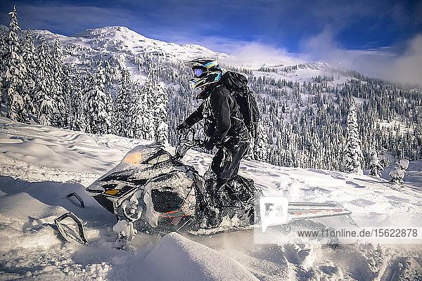 Seitenansicht eines Mannes auf einem Schneemobil im Callaghan Valley  Whistler  British Columbia  Kanada