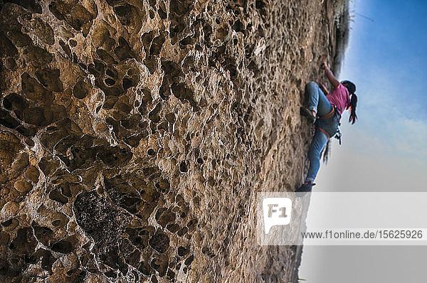 Blick von unten auf eine Frau  die auf einen Felsen klettert  ï¾ Suesca  ï¾ Provinz Almeidas  ï¾ Kolumbien