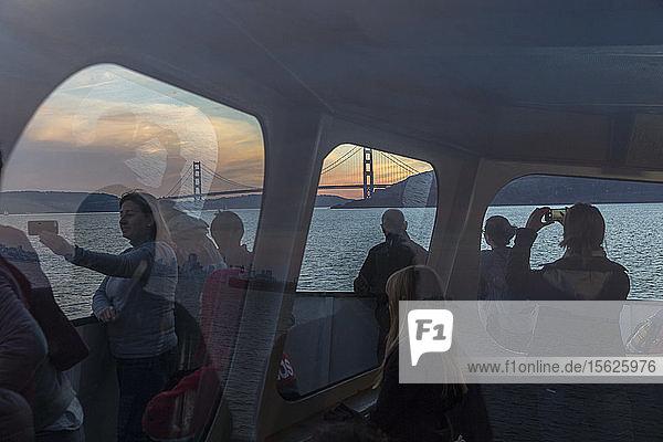 Passagiere auf der Fähre von Sausalito nach San Francisco mit der Golden Gate Bridge im Hintergrund  Kalifornien  USA