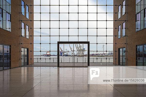 Innenansicht eines modernen Bürogebäudes mit Blick auf den Hamburger Hafen  Holzhafen  Altona-Altstadt  Hamburg  Deutschland