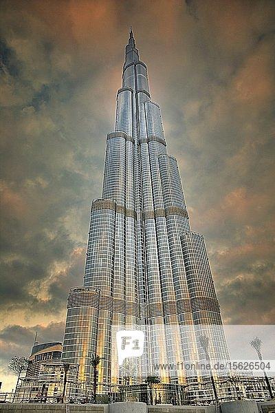 Blick auf die neue Skyline von Dubai an der Business Bay mit dem Burj Khalifa-Turm in den Vereinigten Arabischen Emiraten VAE Mittlerer Osten