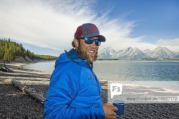 Porträt eines lächelnden Campers am Ufer des Jackson Lake im Grand Teton National Park