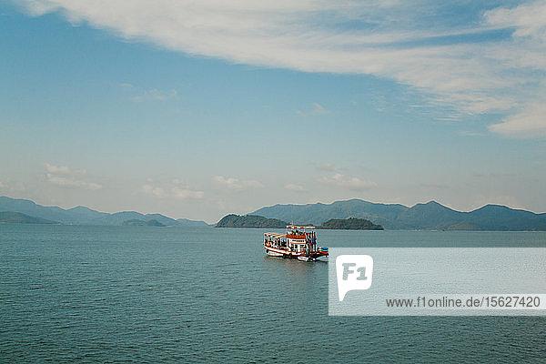 Ein Schnorcheltour-Boot auf dem Wasser in der Nähe von Koh Chang  Thailand