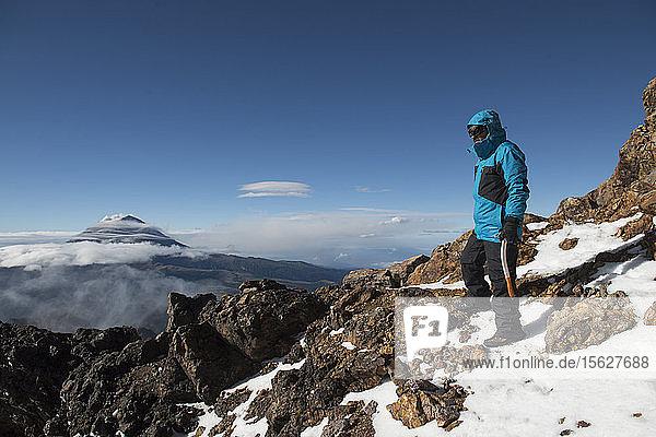 Ein Mann hält inne  um die Landschaft zu betrachten  während er den Vulkan Iztaccihuatl imï¾ Nationalpark Izta-Popo Zoquiapanï¾ in Puebla  Mexiko  besteigt.