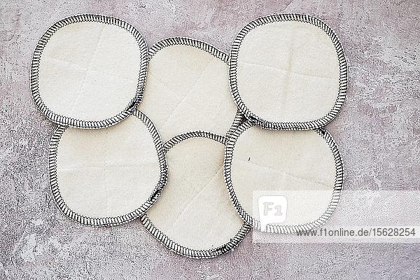 Hochwinkel-Nahaufnahme von selbstgemachten weißen Kosmetikpads. Hochwinkel-Nahaufnahme von selbstgemachten weißen Kosmetikpads.
