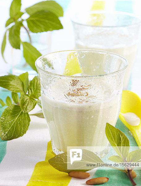 Basilikum-Milchshake mit Pinienkernen  Salz  Pfeffer und Quark