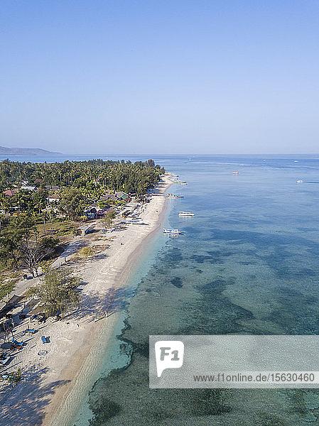 Luftaufnahme der Gili-Inseln bei strahlend blauem Himmel auf Bali  Indonesien